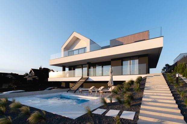 Projekt domu Slab House powstał pod Poznaniem na jednym ze wzgórz otaczających miasto. Architekci z biura mode:lina™ nie mieli łatwego zadania. Musieli wpisać nowoczesną bryłę domuw mocno nachylone zbocze wzgórza.