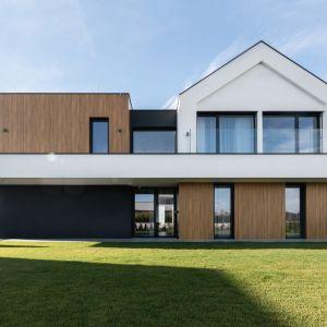 Architektura budynku dobrze wpisuję się we wzgórze budynku. Projekt: mode:lina™. Fot. Patryk Lewiński