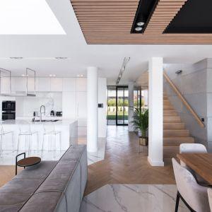 W nowoczesnym wnętrzu kolor biały połączono z drewnem. Projekt: mode:lina™. Fot. Patryk Lewiński