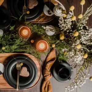 Świąteczna aranżacja stołu. W aranżacji: stół rozkładany Creative (blat dąb ciemny, nogi stożek drewniany), taca mała Ovo, filiżanka ze spodkiem i talerze Yang, podkładki Subi, świecznik Zen, wazon Surso, wazon Buret. Fot. VOX