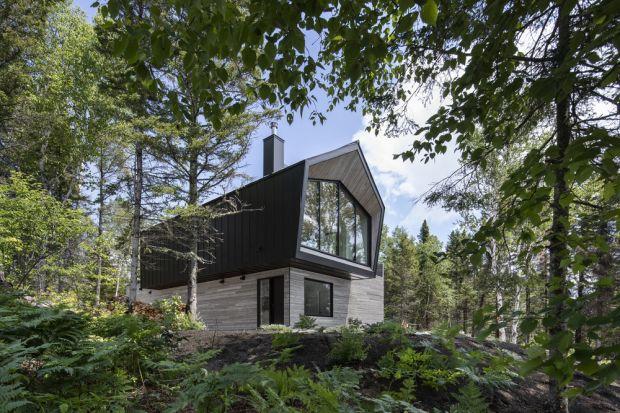 Dom w typie nowoczesnej stodoły znajduje się na działce na zboczu, z pięknym widokiem na rzekę. Zobaczcie spektakularną realizację pracowni Architecture49!