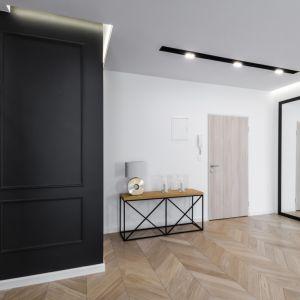 Aranżacja korytarza w czarno-białej kolorystyce. Projekt i zdjęcia: Moovin Interiors