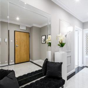 Aranżacja korytarza w nowoczesnym stylu. Projekt i zdjęcia: Moovin Interiors