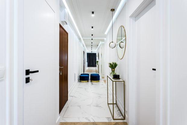 Korytarz czy też przedpokój jest pierwszym pomieszczeniem, które widzimy po wejściu do mieszkania. Sposób, w jaki go zaaranżujemy, ma ogromny wpływ na to, czy nasze wnętrze zrobi przysłowiowe dobre, pierwsze wrażenie! Zobaczcie inspiracje na ele
