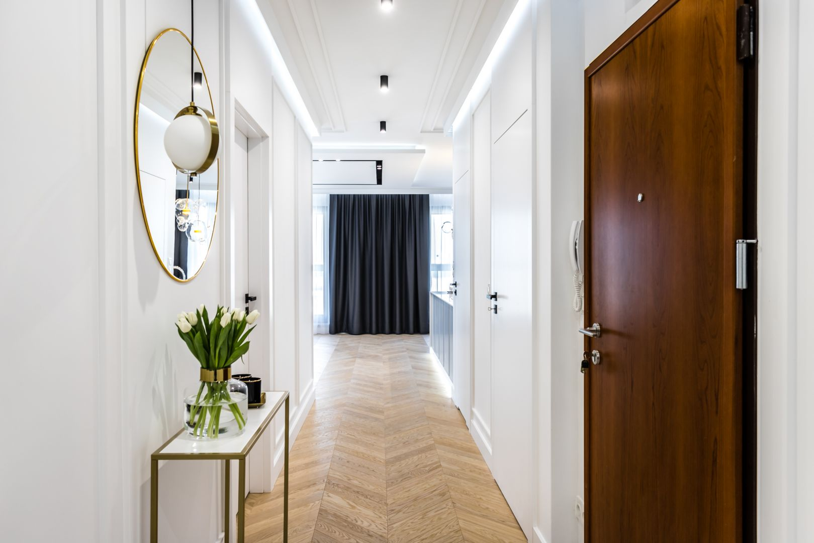 Aranżacja korytarza. Stylowa konsola doda uroku przedpokojowi. Projekt i zdjęcia: Moovin Interiors