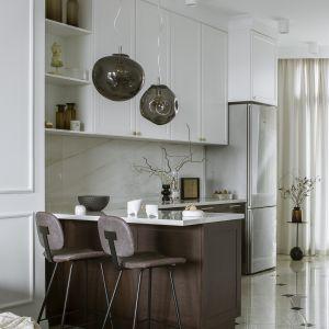 Aranżacja kuchni stanowiła spore wyzwanie ze względu na jej nietypowy trójkątny kształt. Projekt Kate&Co. Mieszkanie Koneser . Fot.YassenHristov