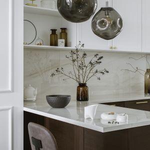 Aby wprowadzić dodatkową ilość światła dziennego, projektantka umieściła na zakończeniu ciągu kuchennego na całej wysokości ściany lustro o szerokości jednego metra. Projekt Kate&Co. Mieszkanie Koneser . Fot.YassenHristov