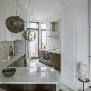 Ściany spotykają się w kącie, w którym mieści się wąskie okno. Projekt Kate&Co. Mieszkanie Koneser . Fot.YassenHristov