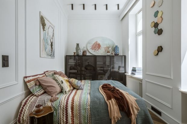 Sypialnia w bloku to prawdziwe wyzwanie aranżacyjne. Trudno jest urządzić mały, niezbyt ustawny pokój. Jednak są sposoby by z ciasnej, wąskiej przestrzeni wyczarować przytulną i funkcjonalną sypialnię.