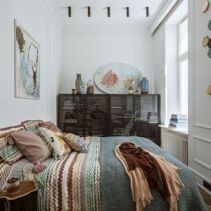 W niewielkich sypialniach trudnych aranżacyjnie możemy wybrać wersję łóżka typu slim, czyli z węższymi ramami dookoła materaca. Projekt Monika Goszcz-Kłos, Goszczdesign. Stylizacja wnętrz Patrycja Rabińska. Zdjęcia Yassen Hristov