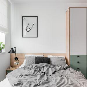 Dobrym pomysłem będzie kupno białej, kremowej lub jasnoszarej narzuty na łóżko i pościeli w podobnej kolorystyce. Projekt Raca Architekci. Fot. Fotomohito