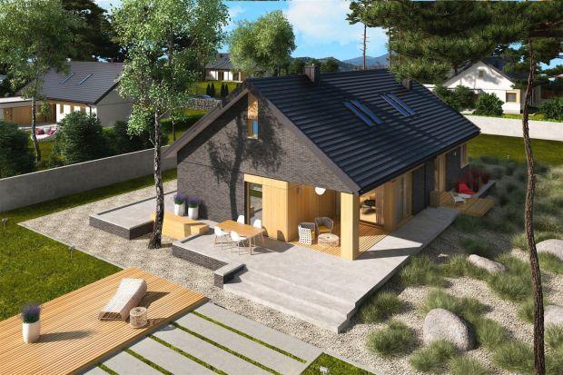 To dom, który skradnie serca miłośników nowoczesnego stylu. Posiada jasne, otwarte wnętrze, oryginalną fasadę i bardzo wygodny układ funkcjonalny. Jest takżeenergooszczędny.<br /><br /><br /><br />