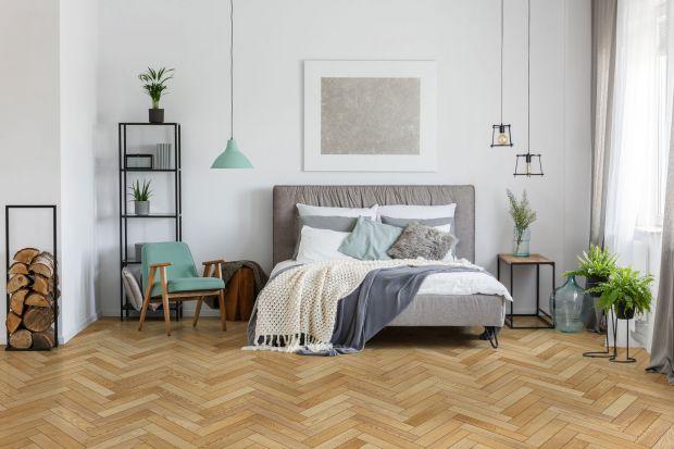 Podłogi nie zmieniamyco sezon. Zwłaszcza podłogi drewnianej! Lata mijają, rozkładamy dywany, wymieniamy meble, przemalowujemy ściany, a drewniana podłoga, tak jak w dniu przeprowadzki, jest pięknym tłem dla mebli i dodatków. Jak dobrać ją do