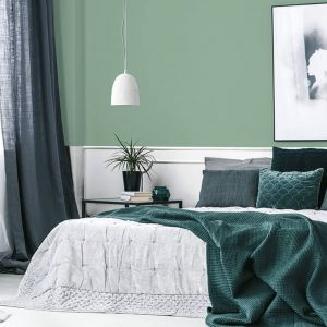 Pomysł na kolor na ścianę. Ciekawy szałwiowy odcień zieleni zestawiony ze złamaną bielą. Fot. Dekoral