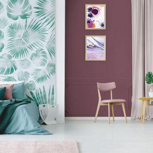 Pomysł na kolory na ścianę w kontrastujących odcieniach. Chłodna ciemna zieleń i nasycony burgund. Fot. Dekoral