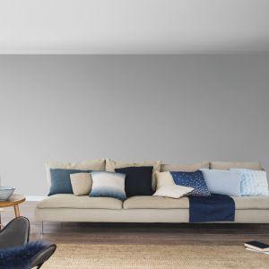 Pomysł na kolory na ścianę w salonie. Dwa odcienie szarego na dwóch ścianach przy kanapie. Fot. Dulux