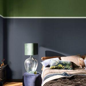 Zgaszona wojskowa zieleń i mocny grafit - dwa wyraźne kolory na ścianie w sypialni. Fot. Dulux