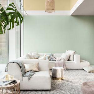 Pomysł na połączenie kolorów w salonie. Jasna zieleń, ciepła ochra i zgaszona biel. Fot. Dulux