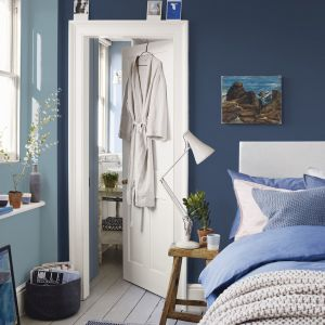 W tej sypialni połączono ze sobą na ścianach dwa odcienie niebieskiego - marynarki granat i jasny błękit. Fot. Dulux