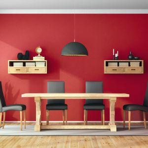 Mocna ognista czerwień  w towarzystwie stonowanego beżu (kolory Apetyt na Czerwień i Błogo na Piasku od marki Jedynka). Fot. Jedynka