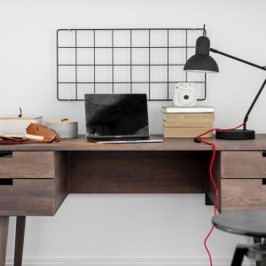 Na antresoli swoje miejsce znalazło drewniane łóżko, półki na książki oraz biurko. Projekt: Magdalena Załoga. Fot. Ayuko Studio