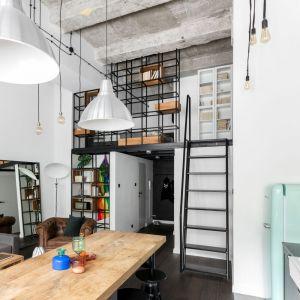Jedynym osobnym pomieszczeniem w mieszkaniu jest łazienka. W pozostałej, otwartej części ulokowano salon połączony z aneksem kuchennym oraz sypialnię. Projekt: Magdalena Załoga. Fot. Ayuko Studio
