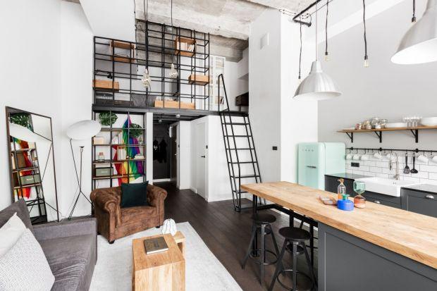 Neutralna paleta kolorów, wysokie sufity, otwarta przestrzeń i sypialnia na stalowej antresoli, a do tego grzejniki w stylu vintage. Tak prezentuje się 55-metrowe mieszkanie zlokalizowane w starym lofcie na krakowskiej dzielnicy Krowodrza.