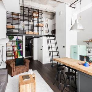 Loftowy charakter wnętrza podkreśla surowy, betonowy sufit, a także oszczędna kolorystyka. Projekt: Magdalena Załoga. Fot. Ayuko Studio