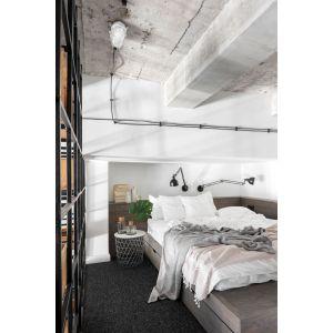 Niestandardowa wysokość pomieszczenia pozwoliła na wydzielenie strefy prywatnej na stalowej antresoli. Projekt: Magdalena Załoga. Fot. Ayuko Studio