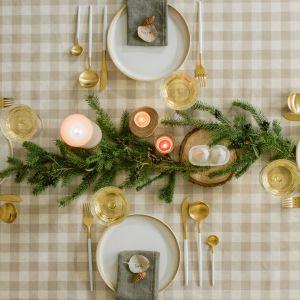 Podstawą stylizacji mogą być gałązki dzikiej róży lub iglaste. Rozkładamy je na środku stołu oraz umieszczamy w wazonach. Fot. Bonami