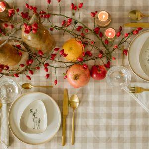 Do dekoracji stołu wystarczą szyszki, drewniane krążki, różnego rodzaju gałązki i inne leśne skarby. Fot. Bonami