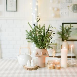 Do dekoracji można też wykorzystać szyszki, mech czy drewniane krążki – te ostatnie sprawdzą się jako podstawki pod gorące naczynia lub kubeczki.  Fot. Bonami