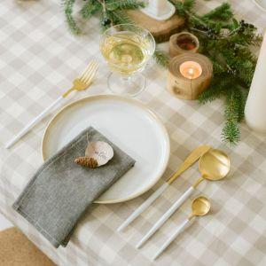 Elementem dekoracyjnym mogą być również owoce, pierniczki, laski cynamonu lub suszki. Warto poświęcić trochę uwagi drobiazgom, nadając starym przedmiotom nowe życie lub wykonując własnoręczne ozdoby. Fot. Bonami