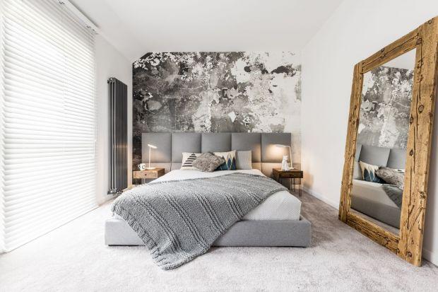 Przy urządzaniu sypialni nie możemy zapomnieć o dekoracjach okiennych, które nie tylko chronią nas przed słońcem i zapewniają poczucie prywatności, ale także zdobią nasze wnętrze. Dobrze dobrane rolety czy zasłony doceniają wszyscy, zarówno