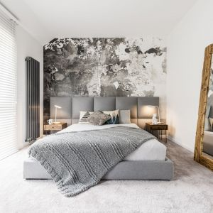 Rolety mogą tez spełniać funkcję dekoracyjną w sypialni. Fot. Marcin Dekor