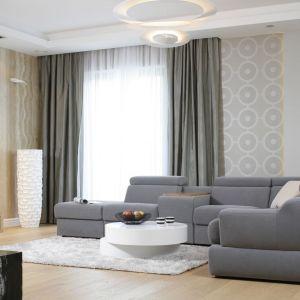 W jasnym salonie piękny wyglądają ciemniejsze zasłony połączone z białymi, delikatnymi zasłonami. Okno wygląda super. Projekt: Katarzyna Mikulska-Sękalska. Fot. Bartosz Jarosz
