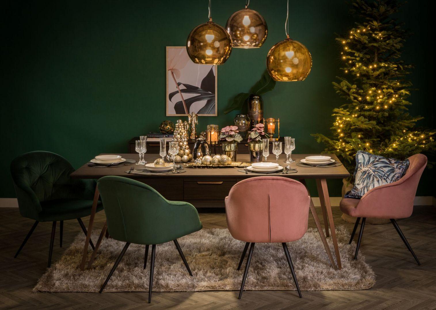 Złoto, ciemna zieleń i pudrowy róż - ciekawy i niebanalny pomysł na świąteczną aranżację stołu. Fot. Salony Agata