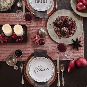 Burgundowy kolor, kryształ i naturalne dekoracje - pomysł na dekorację świątecznego stołu według marki Westwing. Fot. Westwing
