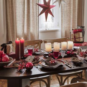 Ponadczasowa czerwień to zawsze dobry wybór na dekorację świątecznego stołu. Fot. Westwing