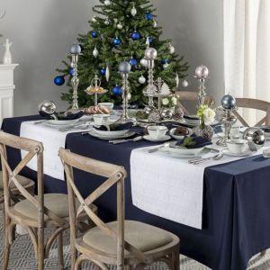 Nowoczesna aranżacja świątecznego stołu z granatem i srebrem. Fot. Dekoria