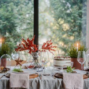 Świąteczny stół ubrany w klimacie eko - tu królują naturalne tkaniny, szkło i kolory ziemi. Fot. VOX