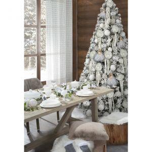 Świąteczny stół ubrany cały na biało. Fot. Eurofirany