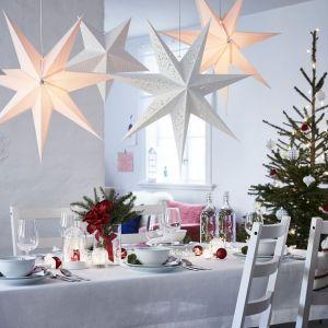 Prosta i klasyczna aranżacja świątecznego stołu. Fot. IKEA