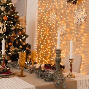 Świąteczna aranżacja stołu - złoto i dekoracje z naturalnych materiałów. Fot. RuckZuck