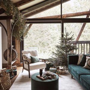 Maksymalnie prosty pomysł na dekorację świąteczną domu - zielona żywa choinka bez żadnych ozdób. Fot. Westwing