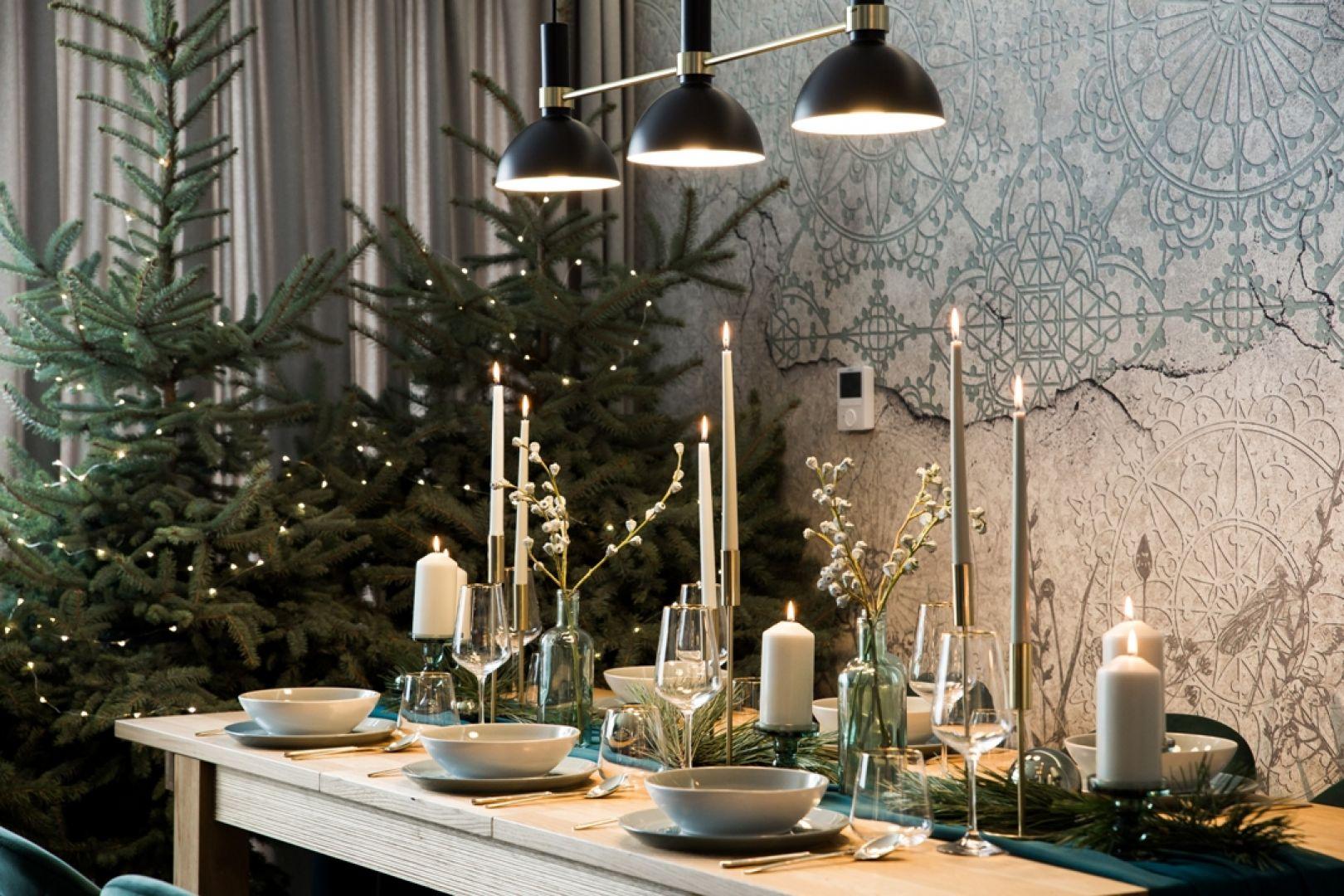 Choinka w stylu minimal - zielone drzewko z delikatnymi światełkami. Fot. KODO Projekty i Realizacje wnętrz