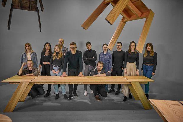 Młodzi adepci projektowania mielidokonać upcyklingu materiałów użytych do stworzenia ubiegłorocznej wystawy Natural Born i zaprojektować z nich piękne drewniane stoły. Meble powstały pod kierunkiem Tomka Rygalika, wykładowcy Wydziału Wzornic