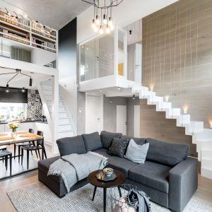 Jasne, przestronne wnętrze jest nowoczesne i bardzo wygodne. Urządzone zostało w klimacie loftowym. Projekt i zdjęcia: Monika Staniec