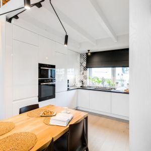 Meble kuchenne wykończono lakierowanymi frontami w białym kolorze. Projekt i zdjęcia: Monika Staniec