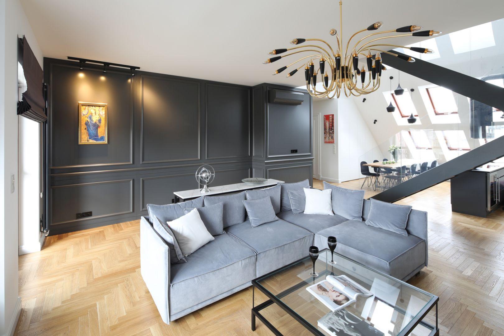 Złoty majestatyczny żyrandol podkreśla neoklasyczny charakter aranżacji salonu. Projekt Katarzyna Mikulska-Sękalska. Fot. Bartosz Jarosz